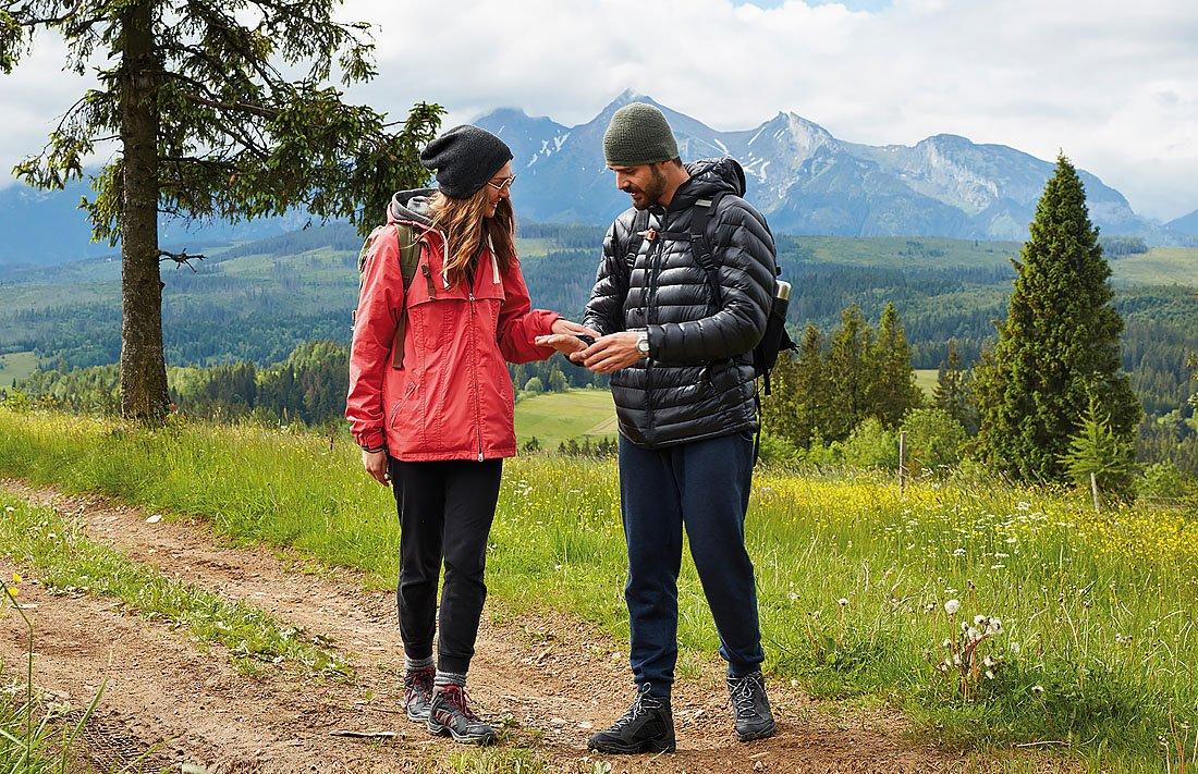 Vår i fjellene. Ungt par går tur.